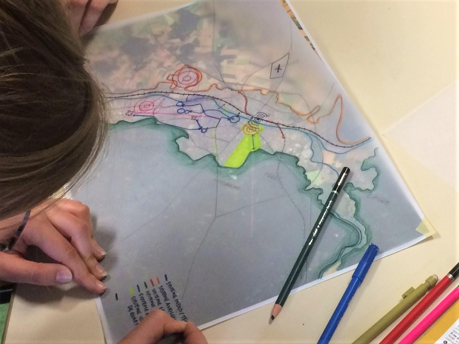Étudiant.e.s en train de cartographier Compiègne avec la méthode des systèmes.